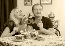Любовники выпивая чай на таблице Стоковые Изображения RF