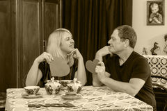 Любовники выпивая чай на таблице Стоковая Фотография RF