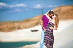 Любовники в пустыне около оазиса Стоковые Фотографии RF