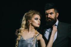 Любовники датируют valentines дня счастливые Пары человека и женщины датируют на день валентинок соедините влюбленность Бородатые стоковая фотография