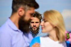 Любовники даты пар романтичные flirting Пара в датировка влюбленности счастливом, женщина ревнивого человека наблюдая предпочитае стоковые фотографии rf