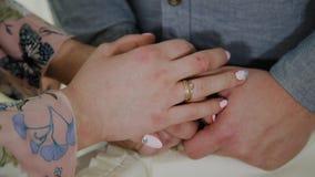 Любовники держат руки в комнате видеоматериал