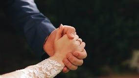 Любовники держат руки Красивый конец-вверх их ладоней сток-видео
