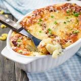 Любовники макинтош и сыр бекона в блюде выпечки, квадрате Стоковая Фотография