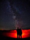 Любовники наблюдая млечный путь Стоковая Фотография