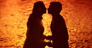 Любовники на заходе солнца Стоковые Изображения