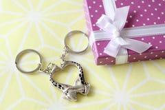 Любовники от подарочной коробки Стоковая Фотография RF