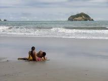 любовники пляжа Стоковое фото RF