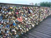 Любовники рокируют на перилах моста Pont des Arts в Париже Стоковое Фото