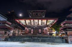 Любовники сидят под стрехами виска Indrapur, квадрата Durbar, Катманду, Непала стоковые фото