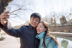 Любовники снимая пользу мобильных телефонов Стоковые Изображения