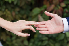 Любовники соединяют держать руки Стоковые Изображения
