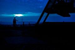Любовники стоя на метрономе Праги на ноче Стоковые Фото