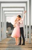 Любовники укомплектовывают личным составом и один другого обнимать женщины outdoors Стоковое Фото