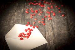 Любовное письмо от которого малые сердца приходят вне стоковые изображения