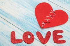 Любовь и сердце слова красные письма на деревянной голубой предпосылке Валентайн дня s стоковые изображения