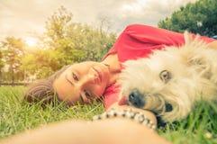 Любовь между человеком и собакой стоковое фото rf