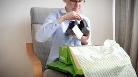 Любознательная женщина unboxing новые ботинки тапок Crocs видеоматериал