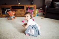 Любознательная маленькая девочка дома Стоковая Фотография RF