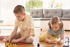 2 любознательных счастливых дет играя с игрой Стоковая Фотография