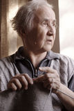 Любознательная старшая дама Knitting Стоковое Фото