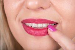 Любознательная сторона женщины с открытым ртом и красный ноготь губной помады и заполированности на губе любознательно Фотосессия Стоковое Изображение RF