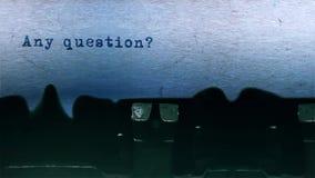 Любой печатать слова вопроса центризовал на листе бумаги на старом аудио машинки видеоматериал