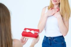 Любящая глубоко двинутая мама подарочной коробки настоящего момента семьи стоковое изображение rf