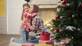 Любящая дочь целуя и обнимая ее мать сток-видео