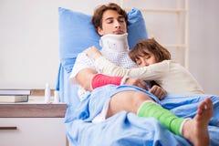 Любящая жена смотря после раненого супруга в больнице стоковое фото rf