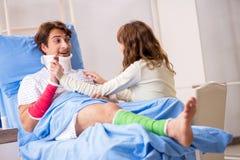 Любящая жена смотря после раненого супруга в больнице стоковые изображения rf