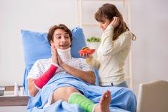 Любящая жена смотря после раненого супруга в больнице стоковые изображения