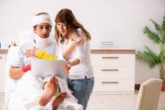 Любящая жена смотря после раненого супруга стоковая фотография rf