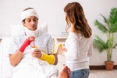 Любящая жена смотря после раненого супруга стоковая фотография