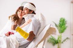 Любящая жена смотря после раненого супруга стоковые фотографии rf