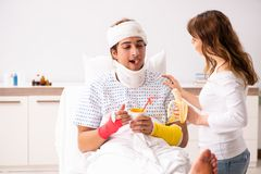 Любящая жена смотря после раненого супруга стоковые фото