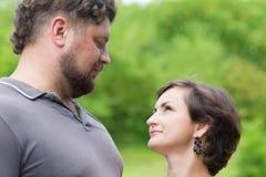 Любящая женщина пар смотря один другого Стоковое Фото