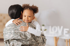 Любящая мама возвращающ домой к ее ребенку стоковые изображения rf