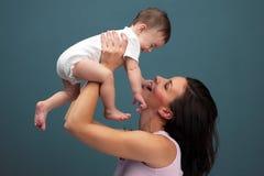 Любящая мать держа младенца - съемки студии стоковые фотографии rf