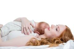 Любящая мать положила ее маленького ребенка к груди Стоковая Фотография RF