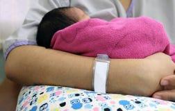 Любящая мать с ее newborn младенцем на ее оружиях Красивая мама w Стоковая Фотография