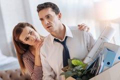 Любящая молодая жена смотря ее супруга осадки безработного Стоковая Фотография RF