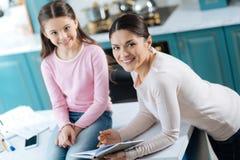 Любящая мумия помогая ее ребенку с ее домашней работой Стоковые Изображения RF