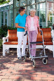 Любящая дочь помогая ее пожилой матери Стоковые Изображения RF