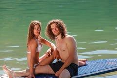 Любящая пара наслаждается их каникулами стоковое фото rf