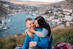 Любящая пара о поцелуе на заходе солнца стоковая фотография