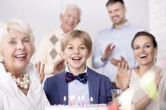 Любящая семья имея вечеринку по случаю дня рождения стоковое изображение rf