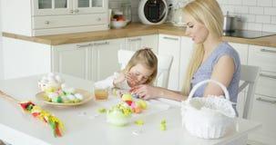 Любящая семья крася пасхальные яйца видеоматериал