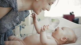 Любящая счастливая мать с ее игрой и улыбкой младенца акции видеоматериалы
