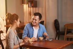 Любящие азиатские пары на дате Стоковая Фотография